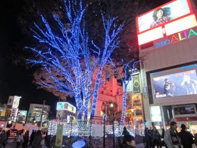 夜のJR新宿駅前