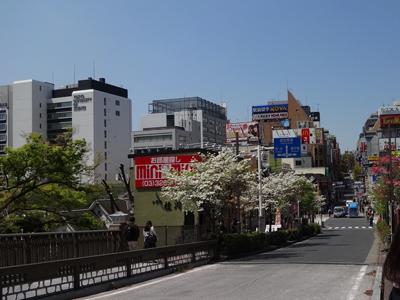 飯田橋から。神楽坂は結構な坂道です。