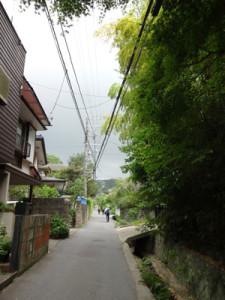民家の路地を歩きます。